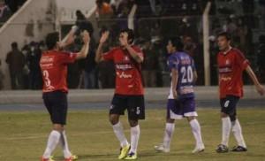 Festejo de los jugadores de Wilster luego de haber conseguido el triunfo ante Real Potosí en la Villa Imperial. ARCHIVO