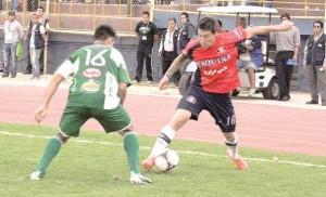 """Al menos dos errores de forma y uno de fondo identificó el club Wilstermann, 48 horas después de conocer el fallo del Tribunal Superior de Disciplina Deportiva (TSDD) de la Federación Boliviana de Fútbol (FBF) que le quitó tres puntos, por una supuesta mala habilitación del jugador Erick Aparicio.  La existencia de solamente dos firmas, cuando el TSDD está compuesto por cinco miembros; el pedido de un severo llamado de atención sobre la Comisión Técnica de la FBF, en lugar del Comité Tecnico de la Liga; y una sanción muy drástica son los tres puntos que Wilstermann observó en la parte resolutiva del fallo del TSDD 12/13, del 4 de mayo de 2013, que lo sanciona con la pérdida de unidades en el actual campeonato Clausura de la Liga Profesional.  En consecuencia, el club aviador presentará un documento de enmiendas y complementaciones, mediante el cual demandará que el TSDD explique las irregularidades señaladas en los dos primero puntos, y que también reconsidere la sanción, basándose en algunas argumentaciones sobre el caso del jugador.  Rolando López, secretario general de Wilstermann, aseguró que el documento resolutivo sobre el caso del jugador Aparicio carece de seriedad. Explicó que existen errores básicos en su elaboración, además de una serie de elementos que incluso pueden generar nulidad en sus resoluciones.  """"No puede ser que en dos resoluciones emitidas en el mismo día, un miembro del tribunal firme con un cargo y que en otro documento de similares características firme con otro"""", observó López.  Señaló que algunos cargos de los firmantes ni siquiera están contemplados en los reglamentos y en la creación del organismo de la FBFresponsable de impartir justicia.  """"Además, el Voto Resolutivo dice que el presidente del TSDD Mario Monterrey no firma porque se excusó de conocer el caso. Dice también que Saúl Paniagua Flores, vicepresidente, votó como disidente pero no firmó como tal"""", reclamó.  En cuanto a la mala habilitación del jugador Aparicio, señaló que el """