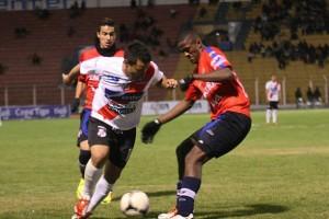 En un partido con pocas emociones y que se definió sobre el final, Nacional Potosí venció ayer por 2-1 a Wilstermann