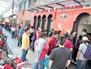 Largas filas en la sede del club Wilstermann y socios con el credencial 2013-2014 en la mano para comprar hasta tres boletos para asistir al partido revancha que disputará el aviador contra Peñarol