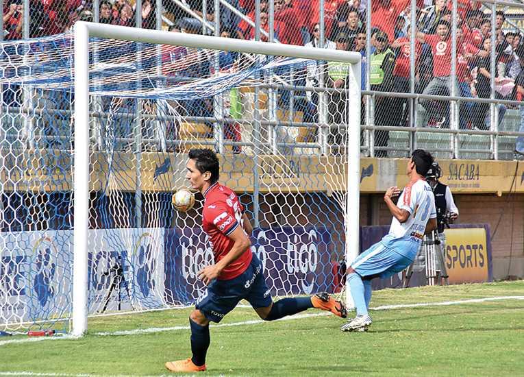 Con un doblete de Ricardo Pedriel, el Aviador no tuvo complicaciones para superar a los celestes (3-0), en el estadio Municipal de Sacaba, por el cotejo de ida de los playoffs.