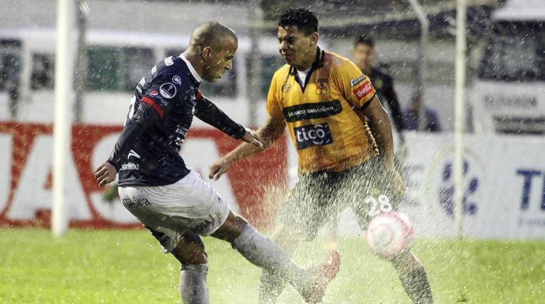 Serginho recibe respaldo y piden a la FBF poner fin al racismo en el fútbol