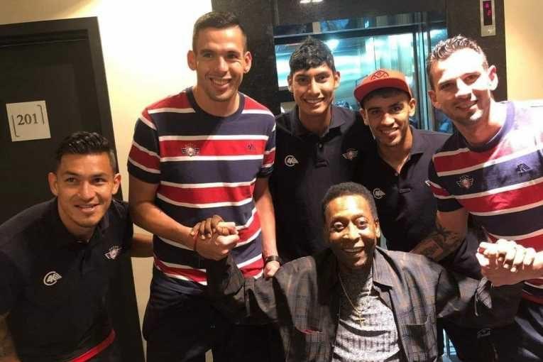 Pelé saluda a jugadores de Wilstermann en Curitiba