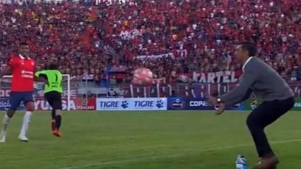 [VÍDEO] El director técnico argentino Cristian Díaz participa de un gol y es expulsado por su festejo