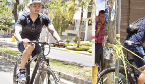 Meleán sortea bloqueos y llega a entrenar en su bicicleta