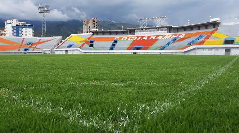 El Sedede prepara el césped del Félix Capriles para la Copa Libertadores