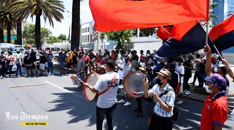 Hinchas de Wilstermann protestan en puertas de la FBF pidiendo la vuelta del fútbol