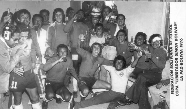 Festejo triunfo contra el Tigre en La Paz 1976. Foto cortesia Diego Piérola Lara